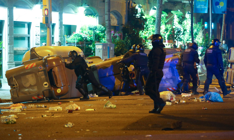 Неменее  90 человек получили травмы встолкновениях протестующих сполицией вБарселоне