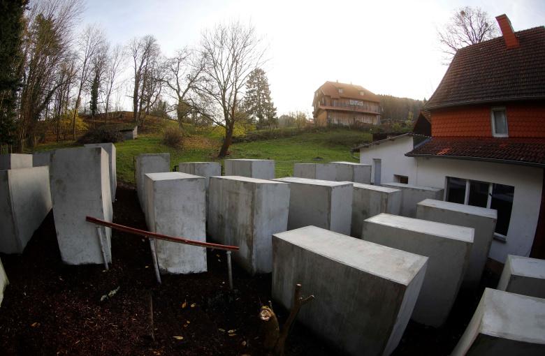 На обратном дворе члена АдГ установили монумент Холокосту