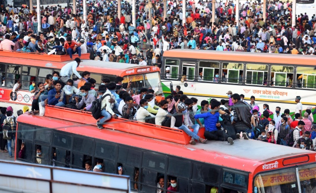 Трудовые мигранты в Индии возвращаются по домам после введения в стране трехнедельного карантина из-за угрозы распространения коронавируса, Нью-Дели. Фото: Hindustan Times  / TASS