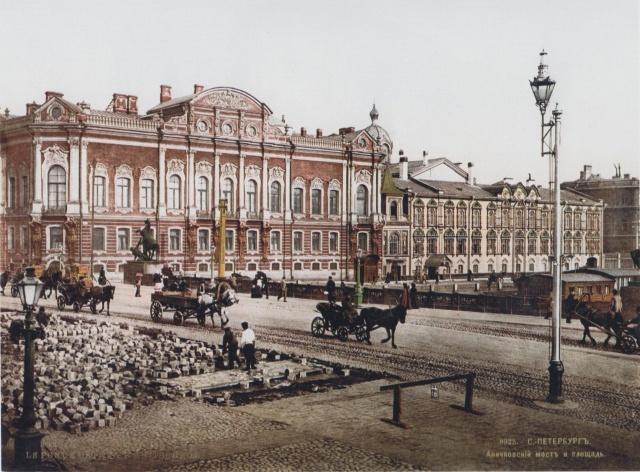 Почтенная традиция благоустройства: дорожные работы на Аничковом мосту. Санкт-Петербург, 1896 год