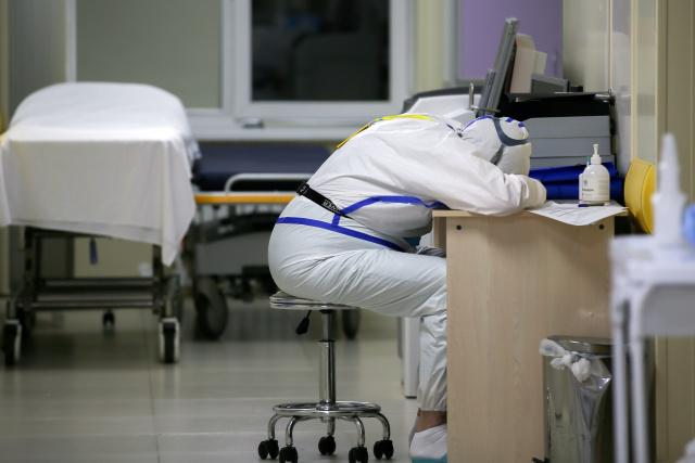 В приемном отделении, где оказывают помощь пациентам c коронавирусной инфекцией или подозрением на нее. Фото: Владимир Гердо / ТАСС
