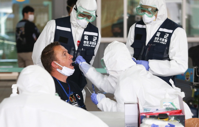 Тест на коронавирус в аэропорту Инчон, Южная Корея. Фото: Kim Chul - Soo / EPA / TASS