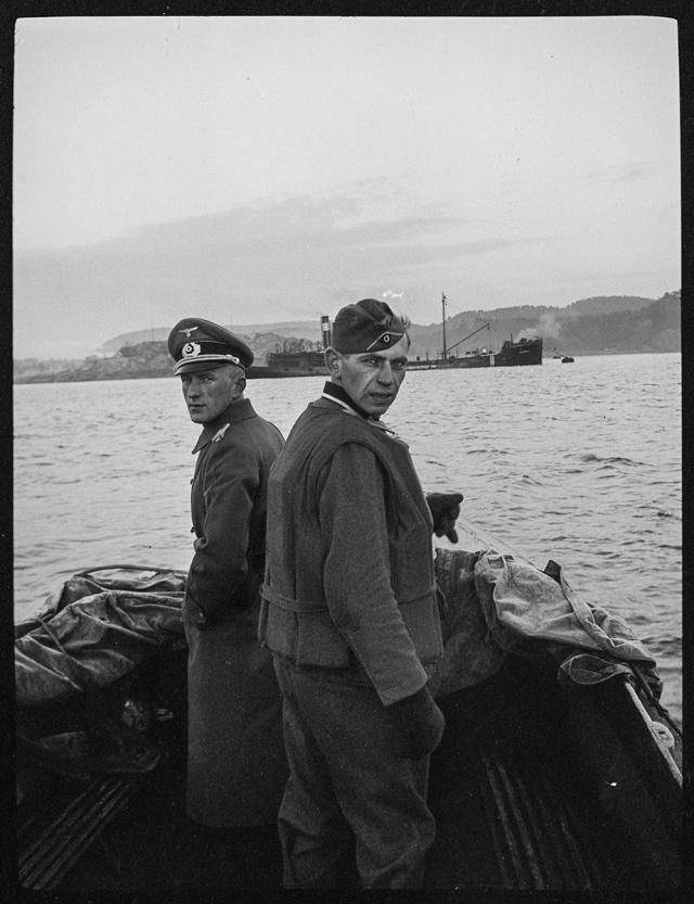 Немецкий солдат и офицер в шлюпке. Норвегия, 1940 год
