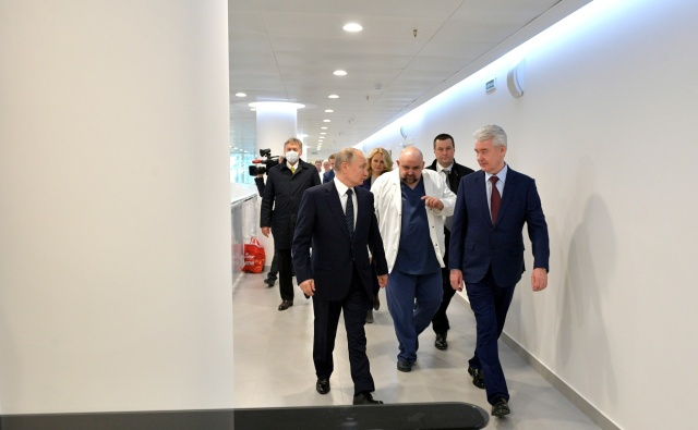 Владимир Путин и Сергей Собянин посещают больницу в Коммунарке. Фото: Kremlin.ru