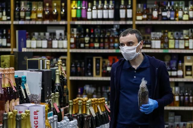 Алкогольный магазин. Фото: Антон Новодережкин/ТАСС
