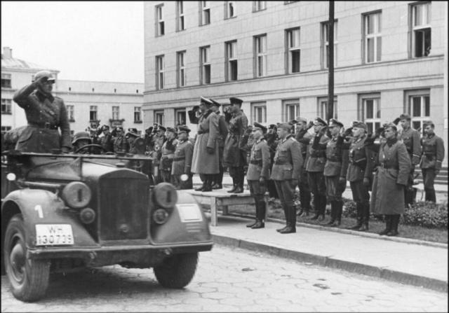 Немецкий генерал Хайнц Гудериан и советский командир бригады Семен Кривошеин, Брест, 1939 год. Фото: wikipedia.org