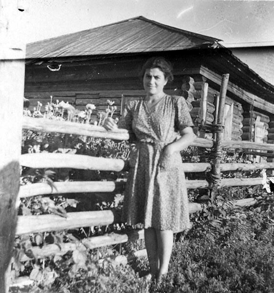 Арпеник Алексанян рядом со своим домом в ссылке. Томская область, Парбигский район, село Высокий Яр. 24 июля 1951 г. Фото: armeniatotalitaris.am