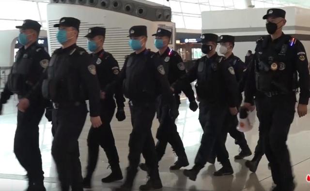 Полиция патрулирует аэропорт Тяньхэ (Ухань), январь 2020