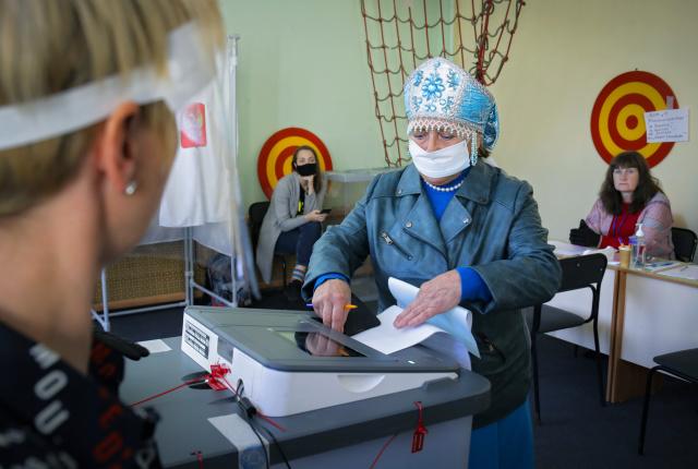 Женщина во время голосования на выборах губернатора Ленинградской области. Фото: Dmitri Lovetsky / AP / ТАСС