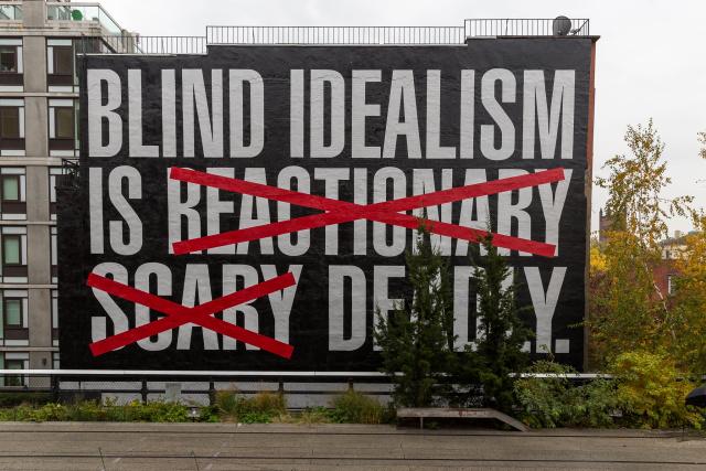 """Слепой идеализм реакционен (зачеркнуто), страшен (зачеркнуто), смертелен"". Мурал Барбары Кругер в парке Хайлайн, Нью-Йорк, 2016"