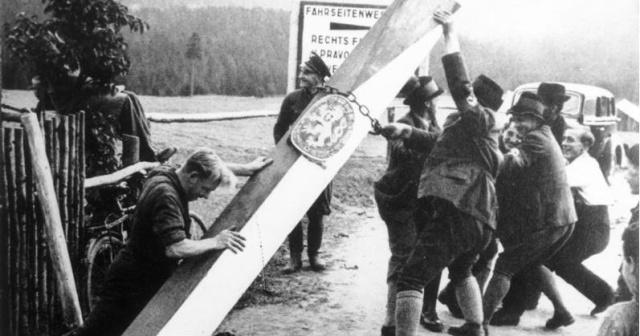 """""""Гитлер, как и всякий нормальный человек, не хочет войны"""": судетские немцы валят чехословацкие пограничные столбы после нацистской аннексии Судетской области (1 октября 1938 года)"""