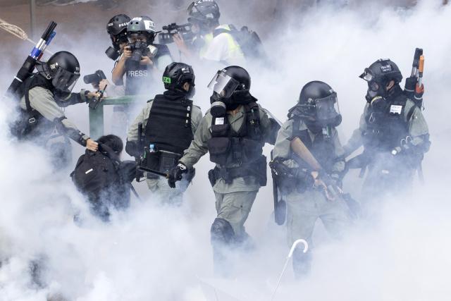 Столкновения полиции и протестующих у Политехнического университета в Гонконге, 2019 год. Фото: Ng Han Guan / AP / TASS