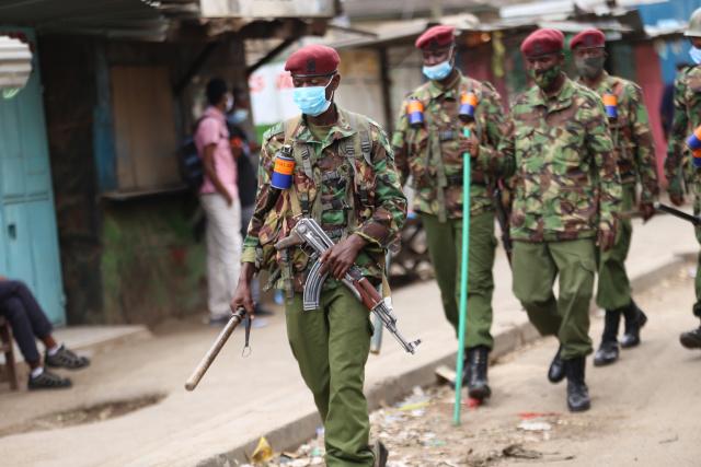 Полиция патрулирует улицы Найроби, где были беспорядки из-за ограничения передвижения на фоне пандемии. Фото: Billy Mutai / SOPA Images / ZUMA Wire / TASS