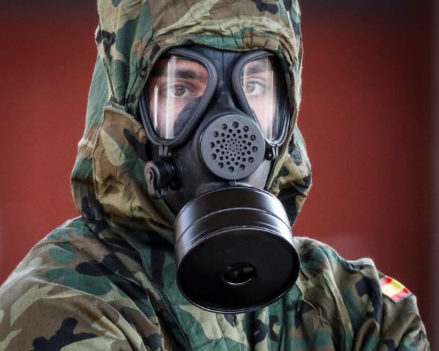 Испанский военнослужащий во время дезинфекции железнодорожной станции. Ирун, Испания. 28 марта 2020 Фото: Javier Etxezarreta / EPA / TASS