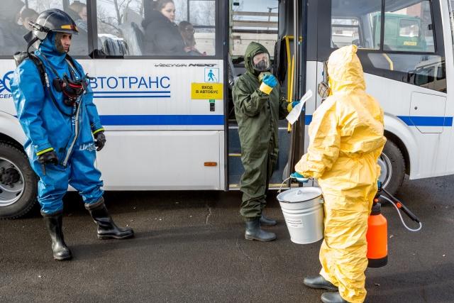 Сотрудники Роспотребнадзора готовятся к обработке автобуса. Петрозаводск. Фото: Илья Тимин / РИА Новости