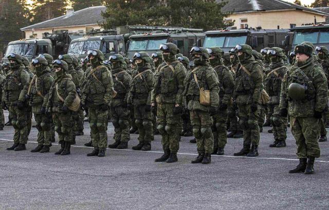 Военнослужащие во время учений по ликвидации угрозы заражения вирусными инфекциями. Фото:Минобороны РФ / ТАСС