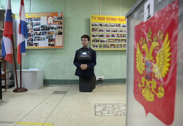 Человекоподобный робот на избирательном участке №1335, где проходит голосование на выборах губернатора Пермского края. Фото:  Максим Кимерлинг/ТАСС