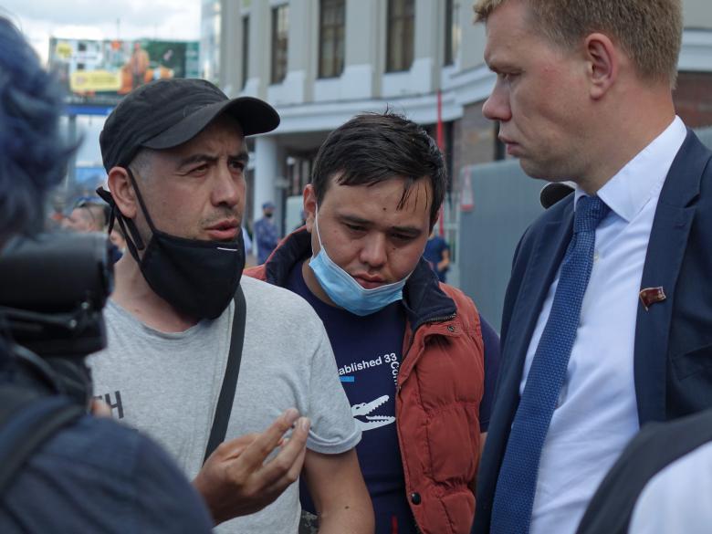 Бастующие курьеры Delivery Club беседуют с депутатом КПРФ Евгением Ступиным