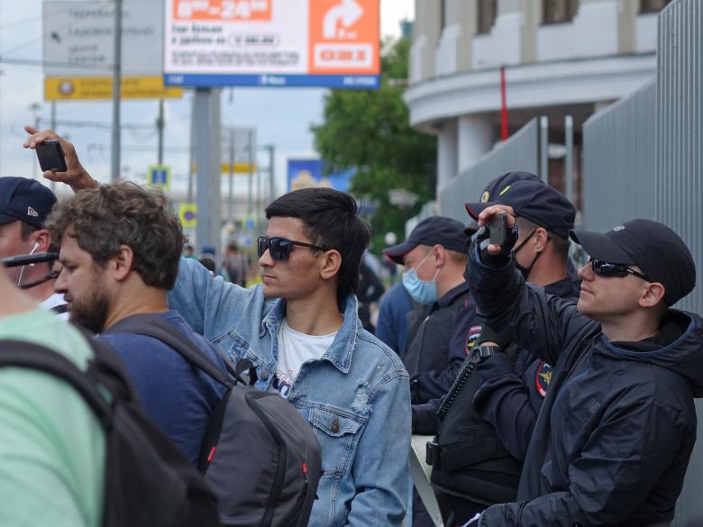 """Митингующих курьеров снимают на мобильные телефоны """"люди в штатском"""""""
