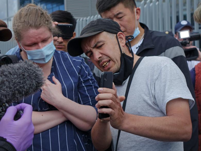 Участник забастовки демонстрирует уведомления о штрафах в системе Delivery Club