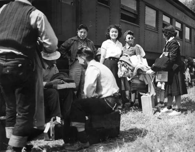 Американские японцы перед депортацией, 1942 год. Фото: U.S. War Relocation Authority