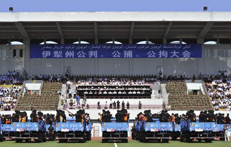 В Китае на стадионе публично вынесли смертные приговоры.